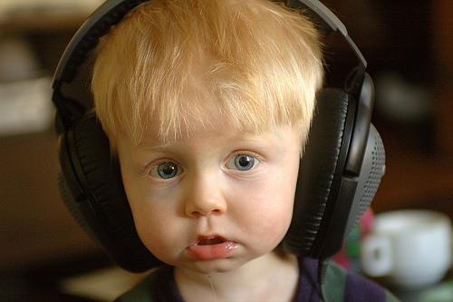 子供音楽聞く