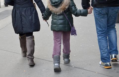 親子で手をつないて歩く