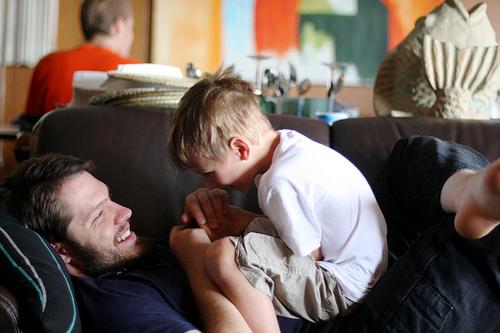 家族子供と遊ぶ父親