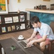 カフェで作業するノマド