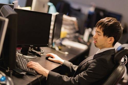 Web制作会社のオフィスで作業するスーツ姿の男性