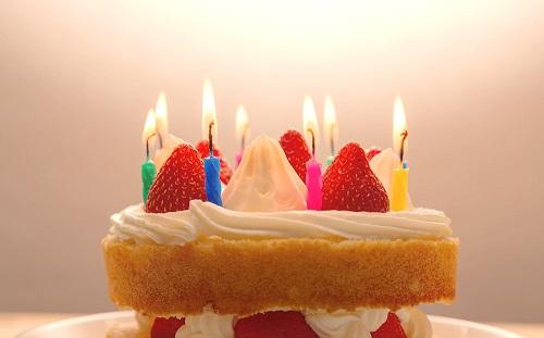 ケーキのロウソクに火をつけて「おめでとう」