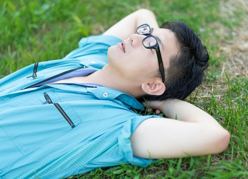 休日に空を見ながら寝る