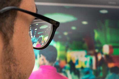 メガネを通して人を見る