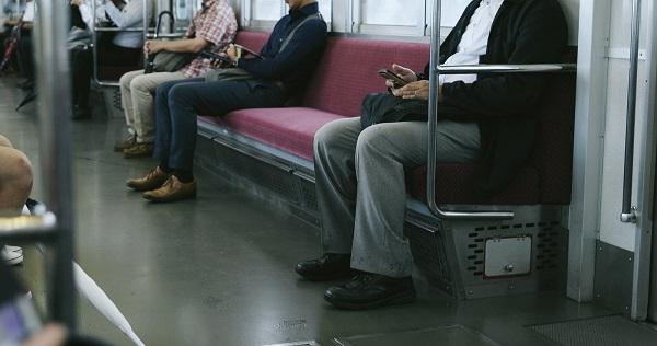 電車離れて座る